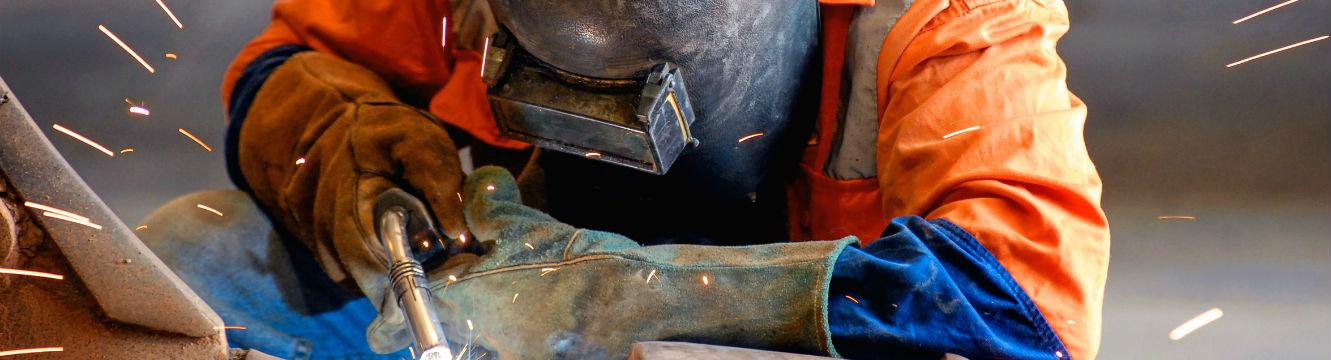 Un soudeur effectue la réparation d'un appareil