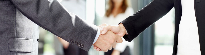 Un recruteur et un candidat se serrent la main après un entretien