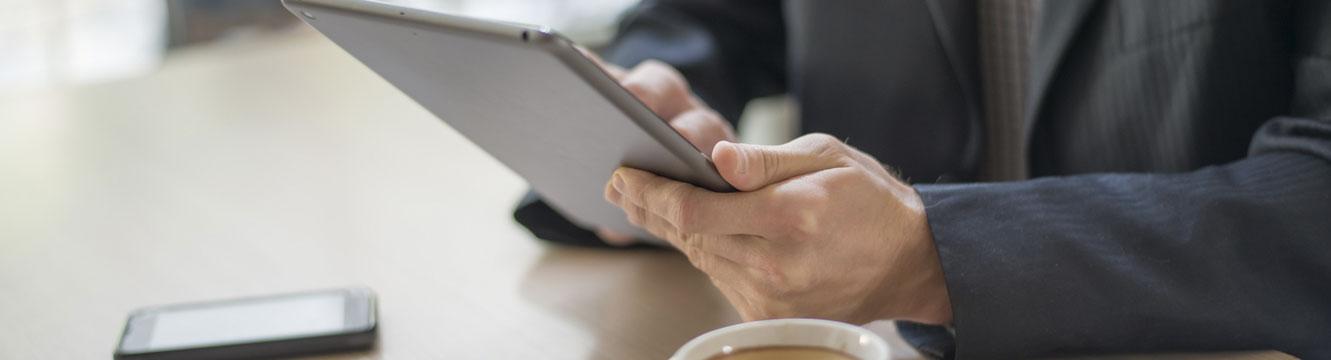 Un employé prend des notes sur sa tablette