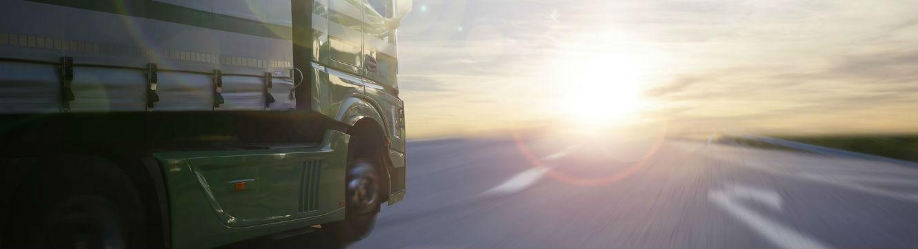 Camion qui roule face au soleil