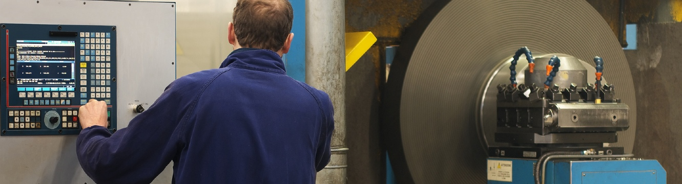 Une personne dans une usine travaille sur une machine