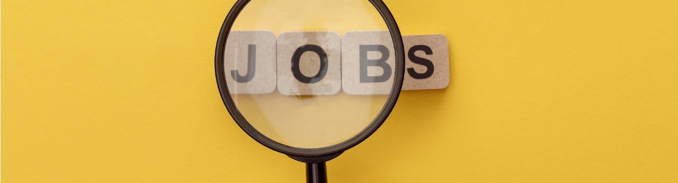 Le mot jobs apparaît sous une loupe